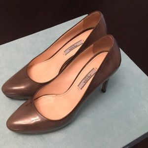 Prada gray/nude pumps
